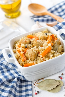 Arroz com legumes na tigela closeup