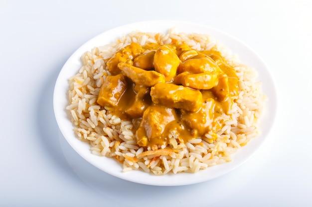 Arroz com molho de curry de frango com caju