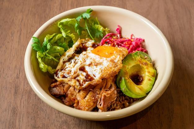 Arroz com molho teriyaki de frango frito e abacate e ovo frito