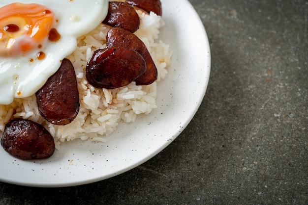Arroz com ovo frito e linguiça chinesa - comida caseira em estilo asiático