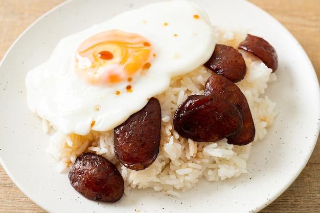 Arroz com ovo frito e linguiça chinesa