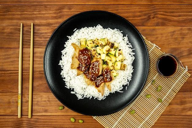 Arroz com proteína vegetal, molho teriyaki e abobrinha grelhada