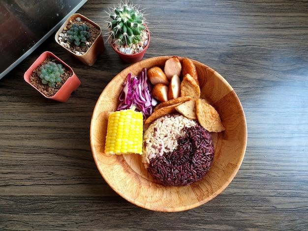 Arroz cozido com baga arroz integral com presunto de porco vietnamita frito salsicha alemã de milho cozido