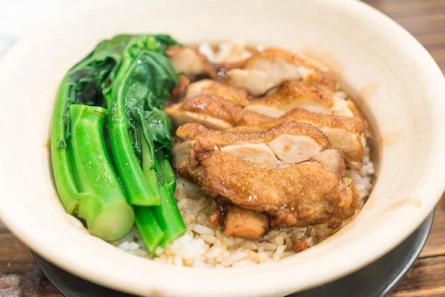 Arroz cozido com frango em claypot