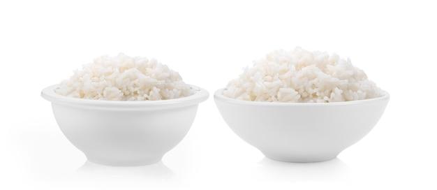 Arroz cozido em tigela branca isolado no branco