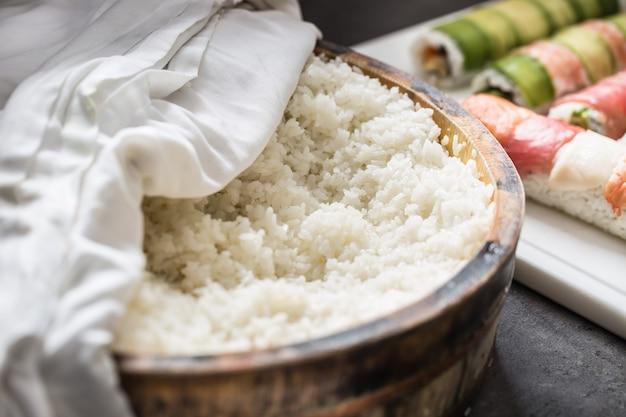 Arroz cozido em um típico navio de madeira japonês hangiri. pilha de arroz antes de preparar o sushi.
