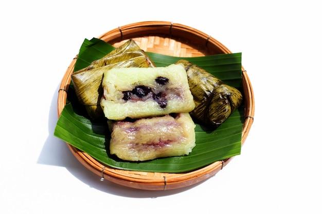 Arroz cozido empacotado em cesta de bambu