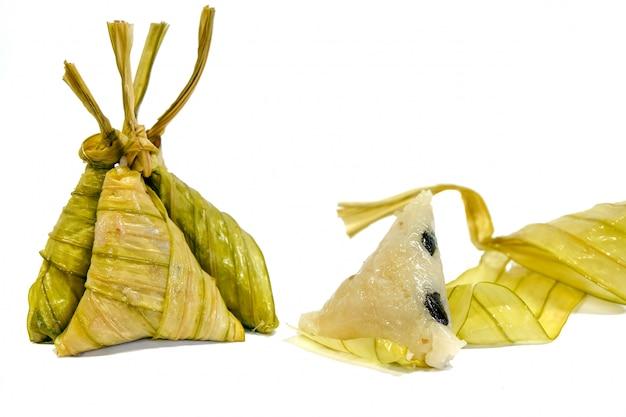 Arroz cozido envolto em folhas o suficiente local sul da tailândia