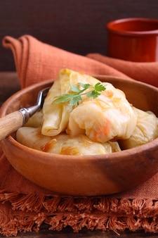 Arroz cozido repolho recheado com carne e cebola envolto em folhas de repolho