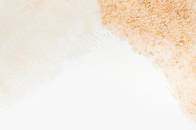 Arroz cru branco e marrom no fundo branco