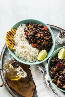 Arroz cubano e prato de feijão preto com abacaxi grelhado.