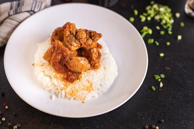 Arroz curry carne vegetal frango especiarias molho de tomate refeição lanche na mesa cópia espaço comida