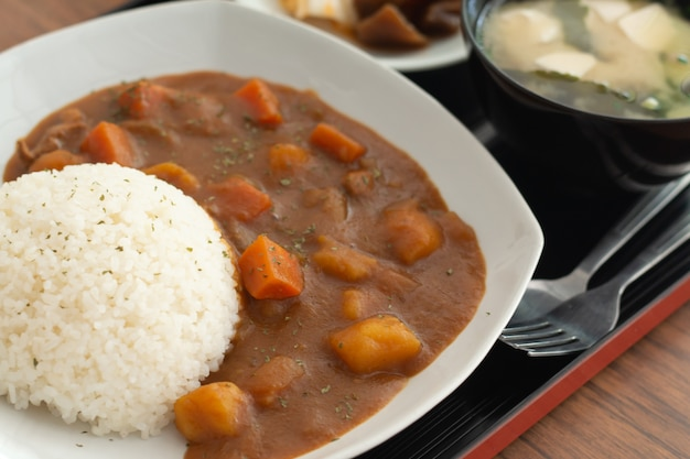 Arroz de caril, comida japonesa na mesa de madeira