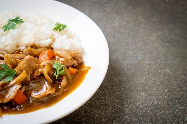 Arroz de caril japonês com fatias de porco, cenoura e cebola