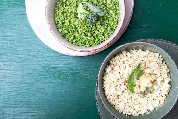Arroz de couve-flor e arroz de brócolis na tigela em verde. vista do topo. a sobrecarga. copyspace. desfiado.