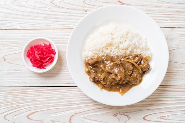 Arroz de curry com carne fatiada - estilo japonês