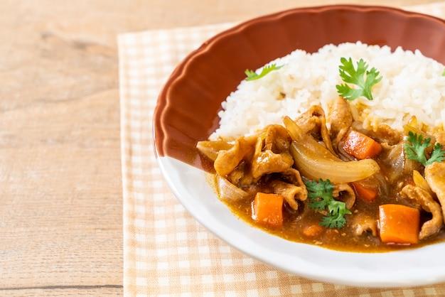 Arroz de curry japonês com carne de porco fatiada, cenoura e cebola - estilo asiático