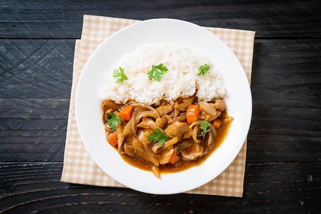 Arroz de curry japonês com carne de porco fatiada, cenoura e cebola