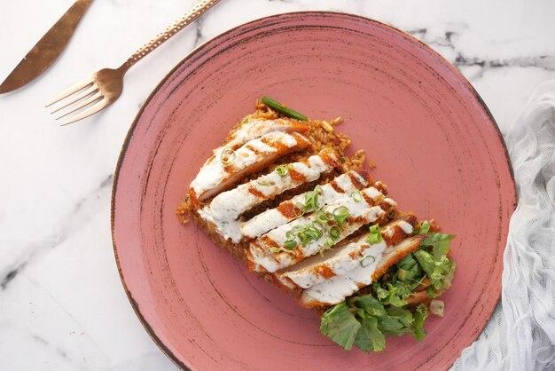 Arroz de frango grelhado e salada de legumes fresca na mesa