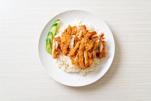 Arroz de frango hainanês com frango frito ou arroz de canja de frango no vapor com frango frito - estilo de comida asiática
