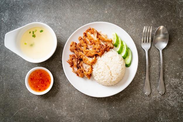 Arroz de frango hainanês com frango frito ou arroz de canja de frango no vapor com frango frito