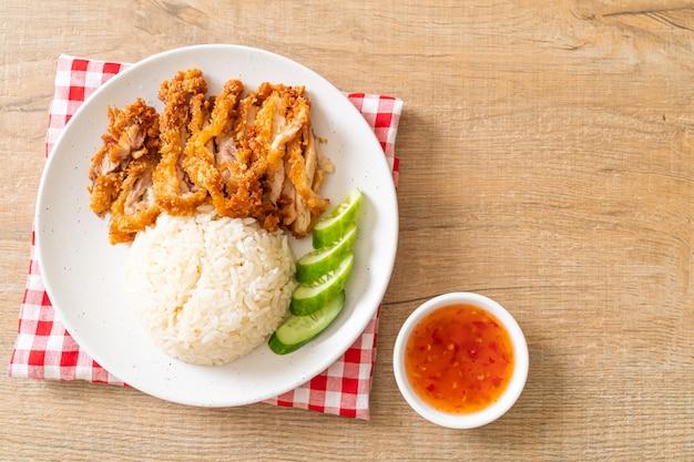 Arroz de frango hainanês com frango frito