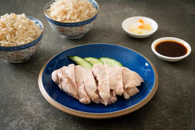 Arroz de frango hainanês ou arroz cozido no vapor com canja de galinha - estilo de comida asiática