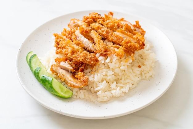 Arroz de frango hainanese com frango frito