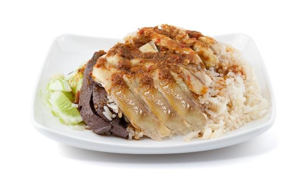 Arroz de frango hainanese na parede branca.