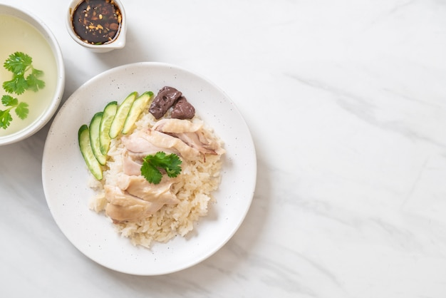 Arroz de frango hainanese ou arroz de frango cozido no vapor