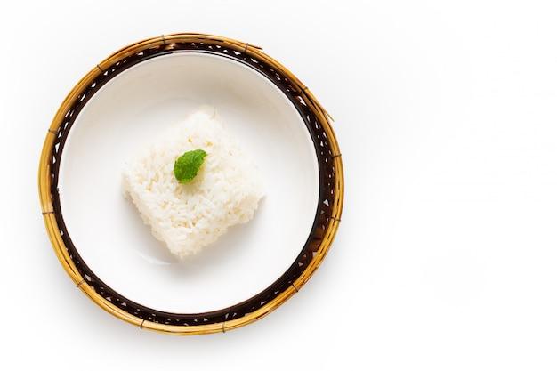 Arroz de jasmim com grãos longos em bandeja de cerâmica e bambu