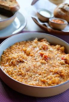Arroz de risoto de camarão com molho de tomate