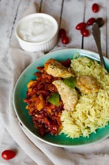 Arroz e frango indiano de vista superior