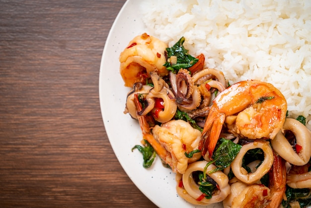 Arroz e frutos do mar fritos (camarões e lulas) com manjericão tailandês. comida asiática