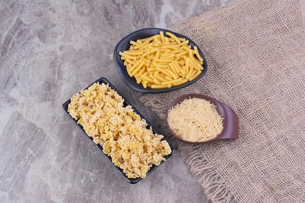 Arroz e macarrão feito com ele em pratos separados
