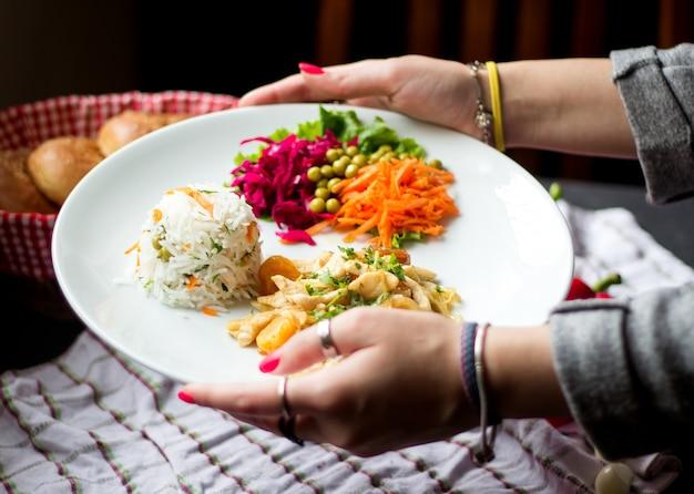 Arroz e vários legumes fatiados com feijão