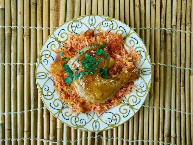 Arroz egípcio faatah e carne de frango com pão crocante no fundo