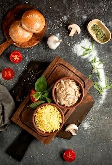 Arroz em cerâmica e cogumelos em molho cremoso