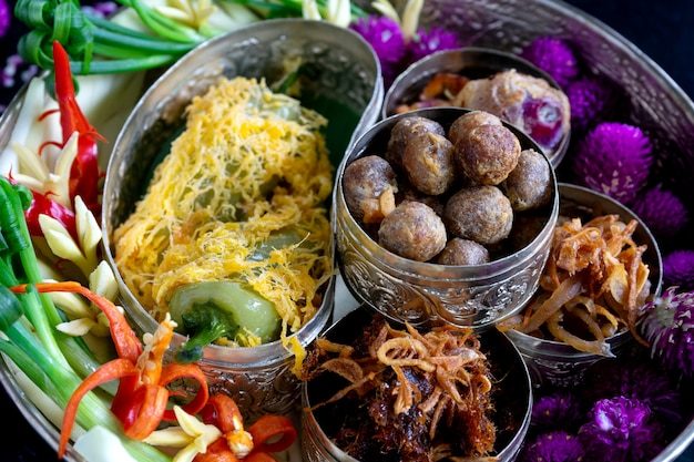 Arroz em comida tailandesa de estilo antigo de água gelada