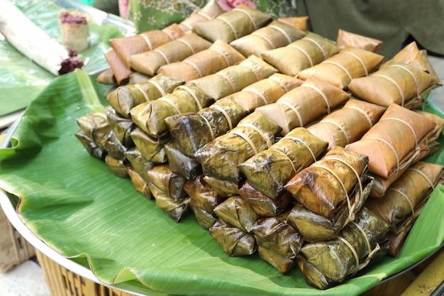 Arroz envolvida em folhas de bananeira