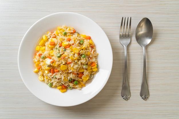 Arroz frito caseiro com mistura de vegetais (cenoura, feijão verde, milho) e ovo