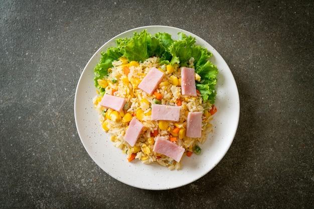 Arroz frito caseiro com presunto e vegetais mistos (cenoura, feijão verde, cenoura)