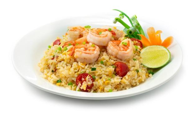Arroz frito com camarão e tomate prato popular da comida tailandesa