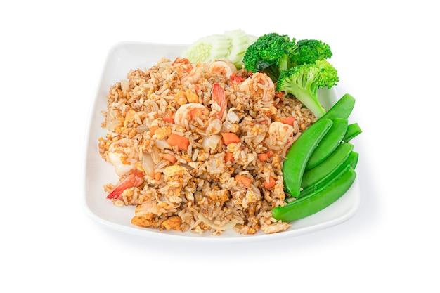 Arroz frito com camarão e vegetais conjunto isolado no branco com traçado de recorte