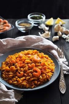 Arroz frito com camarão limão e legumes