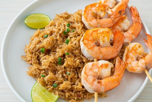 Arroz frito com camarão ou espetos de camarão