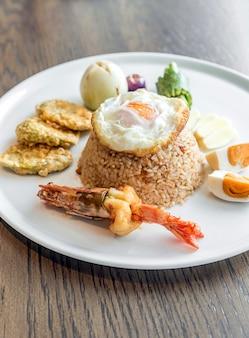 Arroz frito com camarão tigre