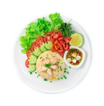 Arroz frito com caranguejo e ovos comida tailandesa e comida asiática