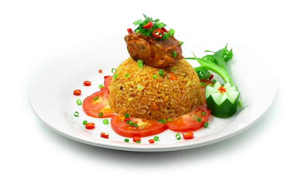 Arroz frito com cavala em molho de tomate comida tailandesa deliciosa