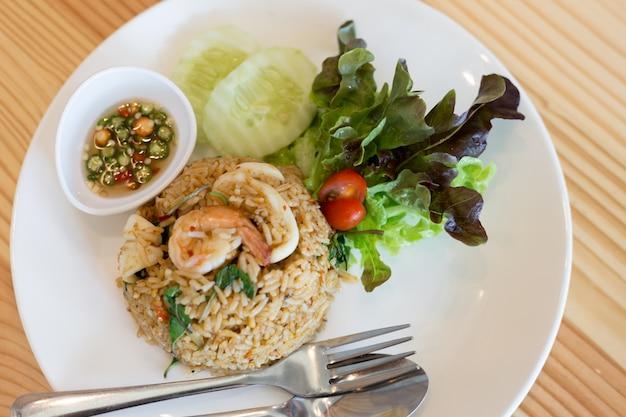 Arroz frito com comida tailandesa